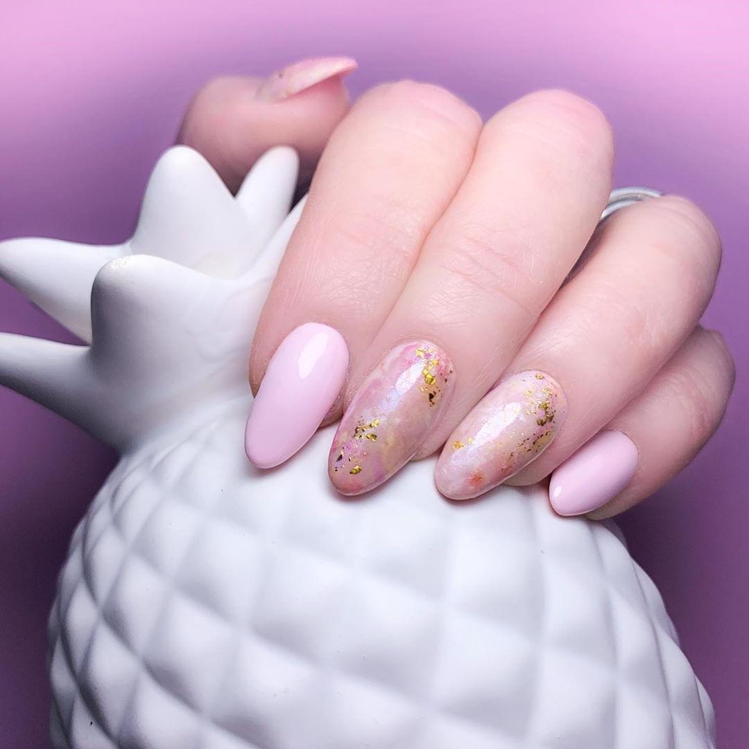 Combinaison de rose pâle et paillettes dorées.