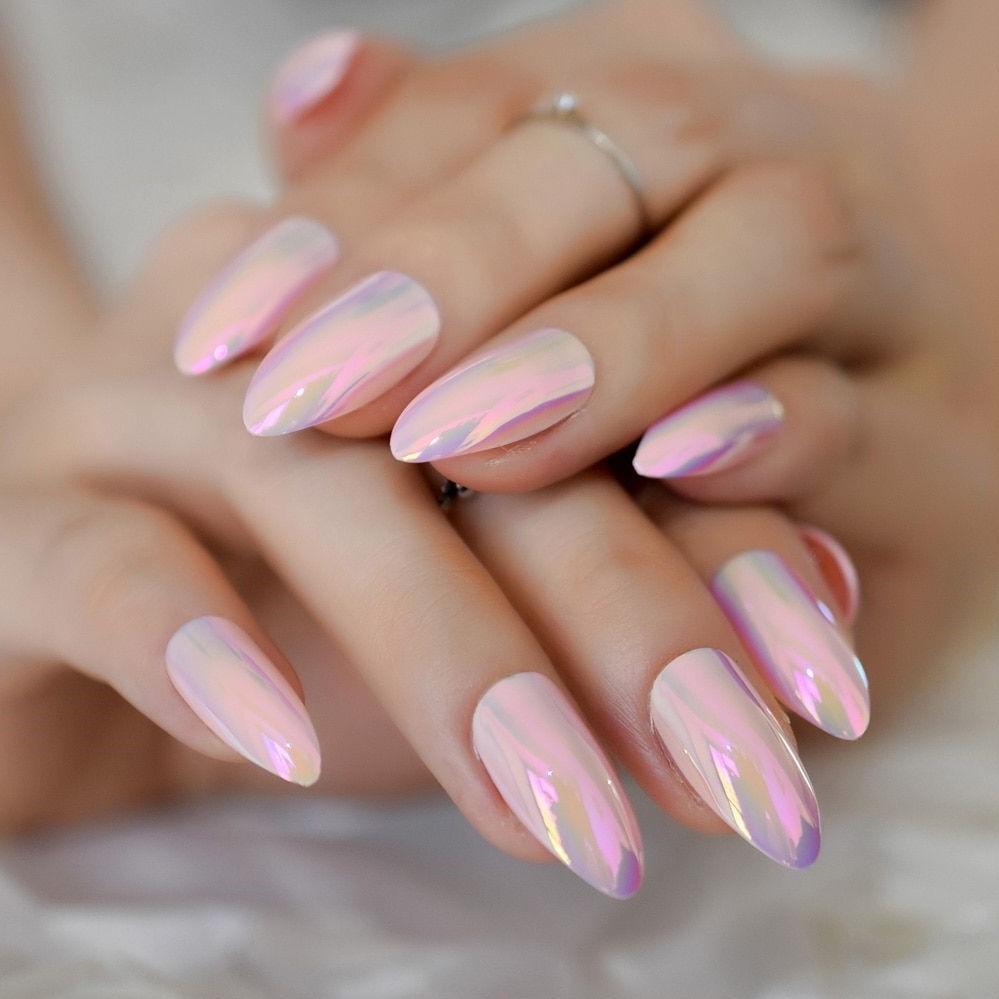 Ongles de couleur rose irisée.