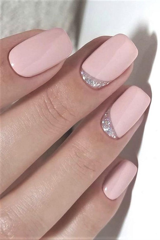 Vernis à ongles rose pâle.