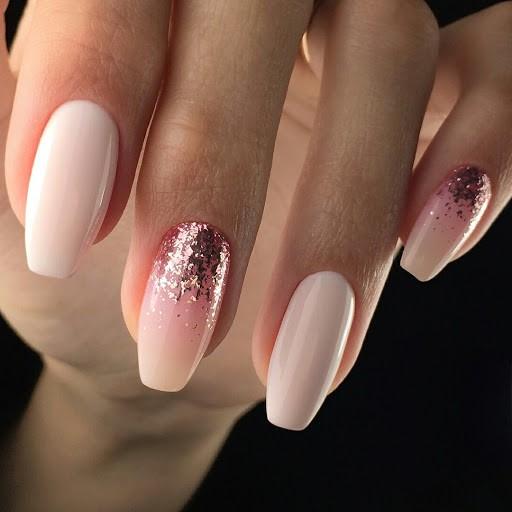 Manucure rose pâle.