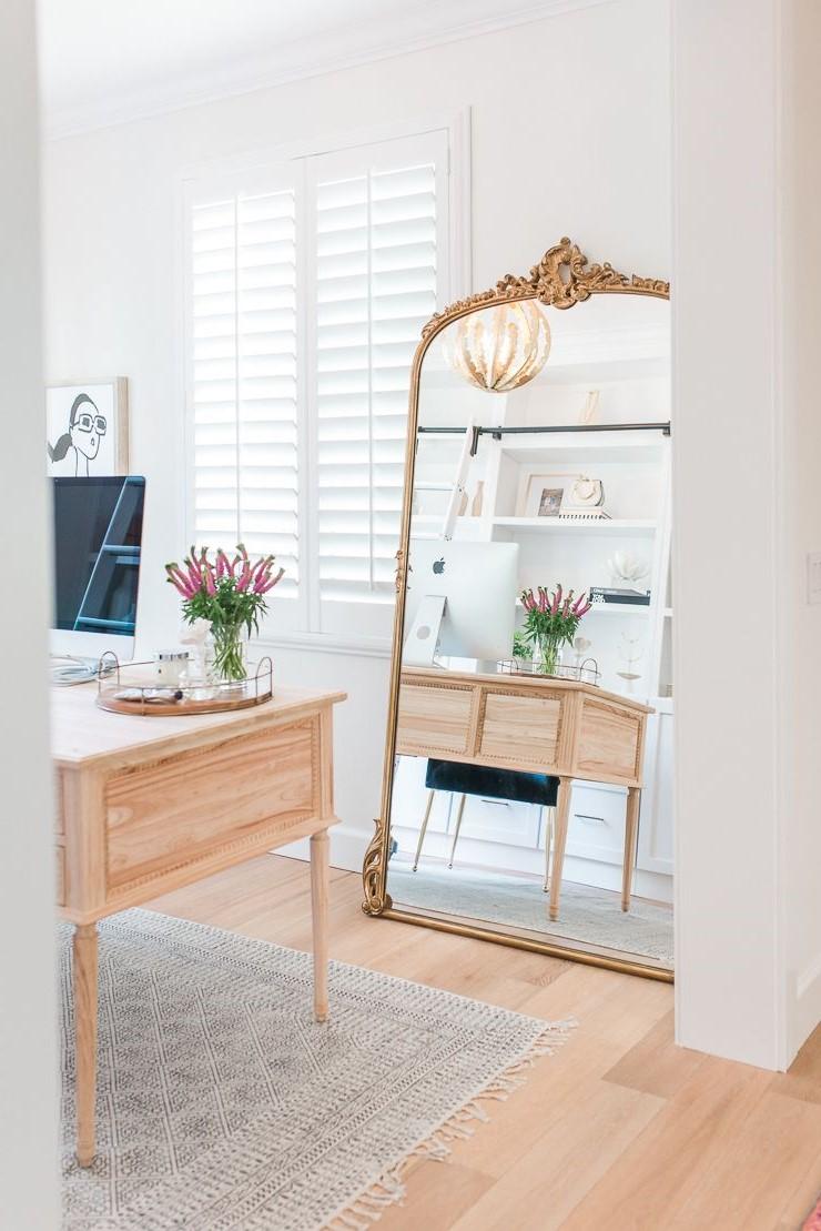 Astuce de design d'intérieur: illuminez n'importe quelle pièce avec un grand miroir.