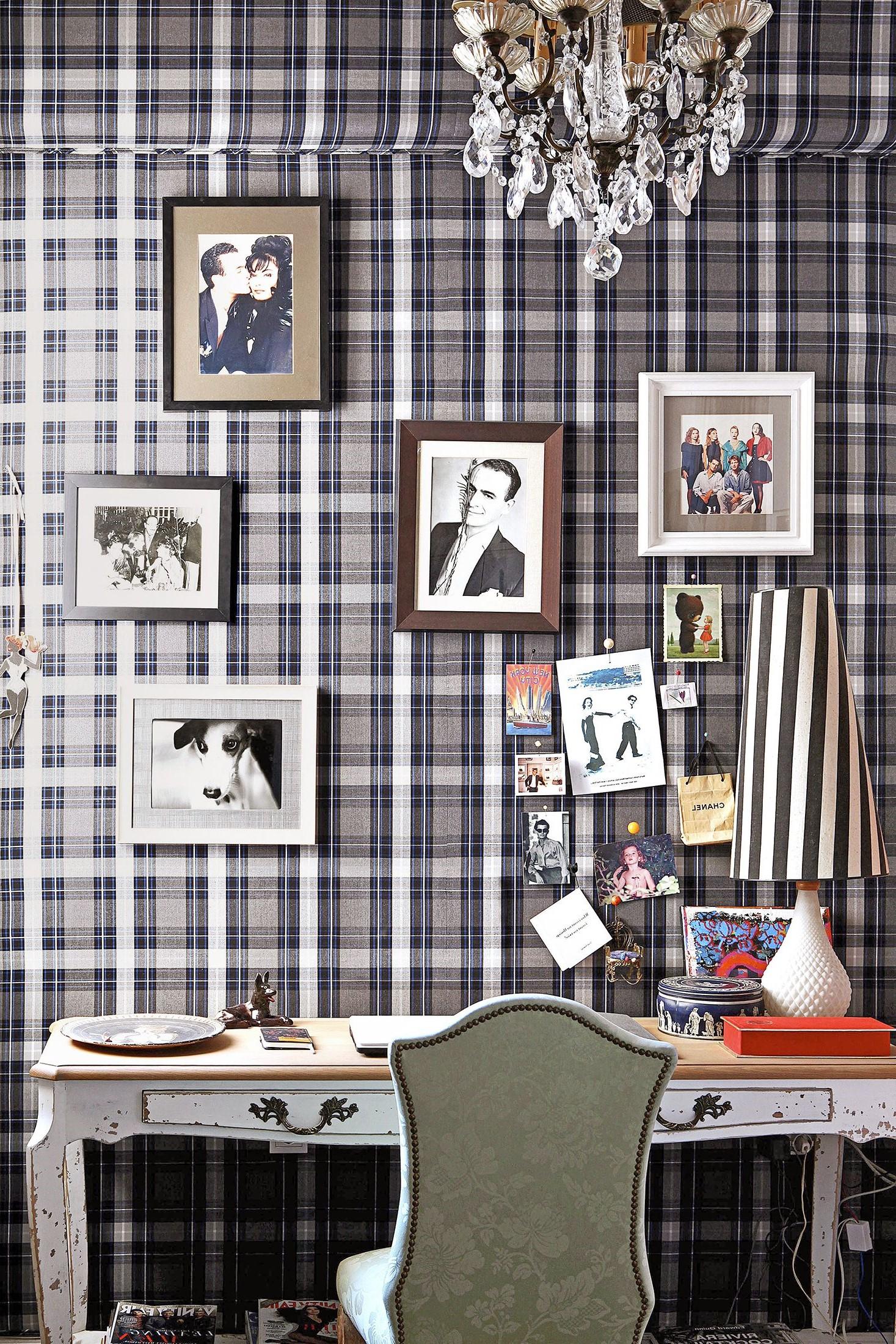 Installez un papier peint au mur pour créer un contraste avec les images et les photos.