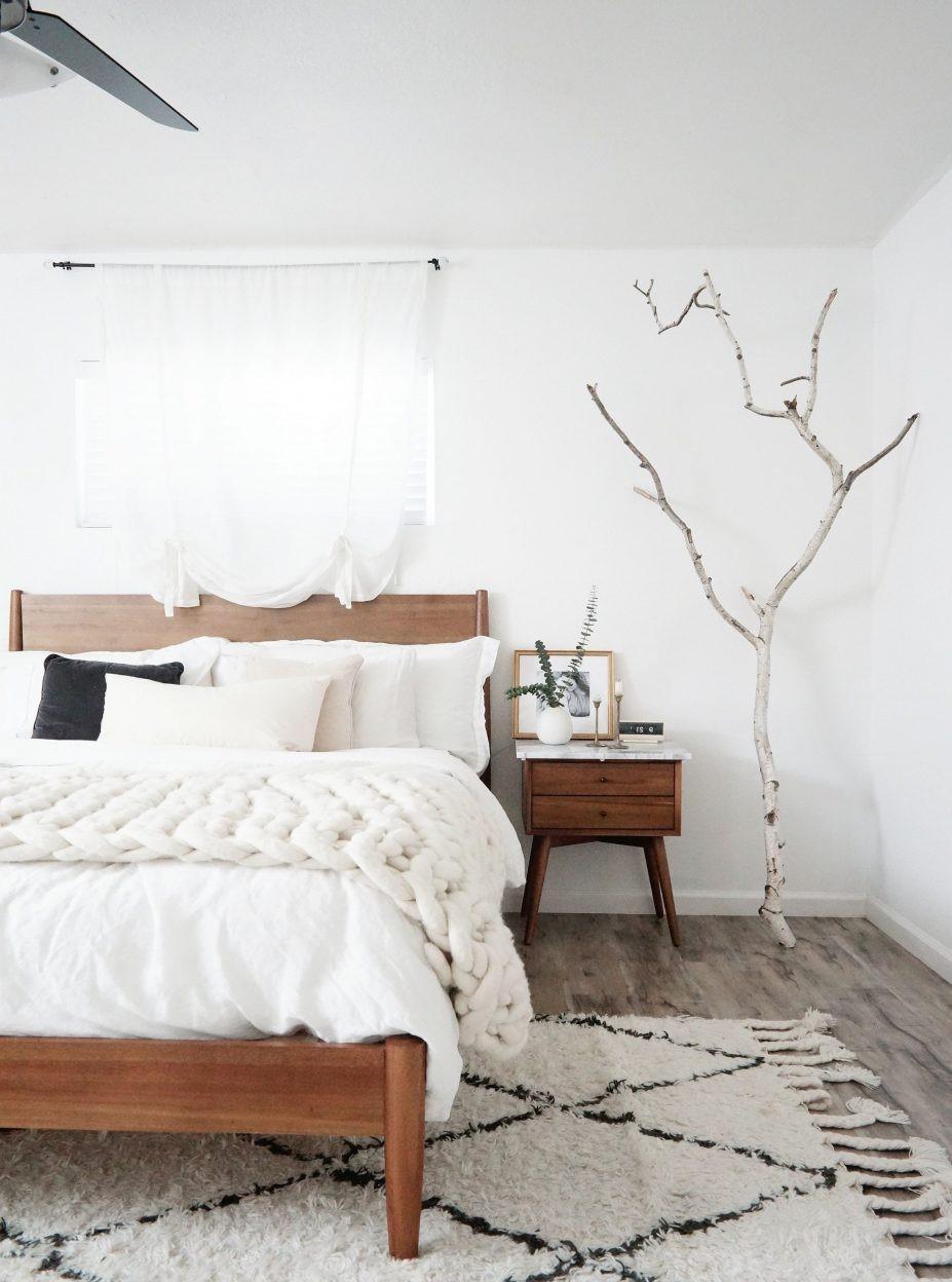 Arbre décoratif dans la chambre à coucher.