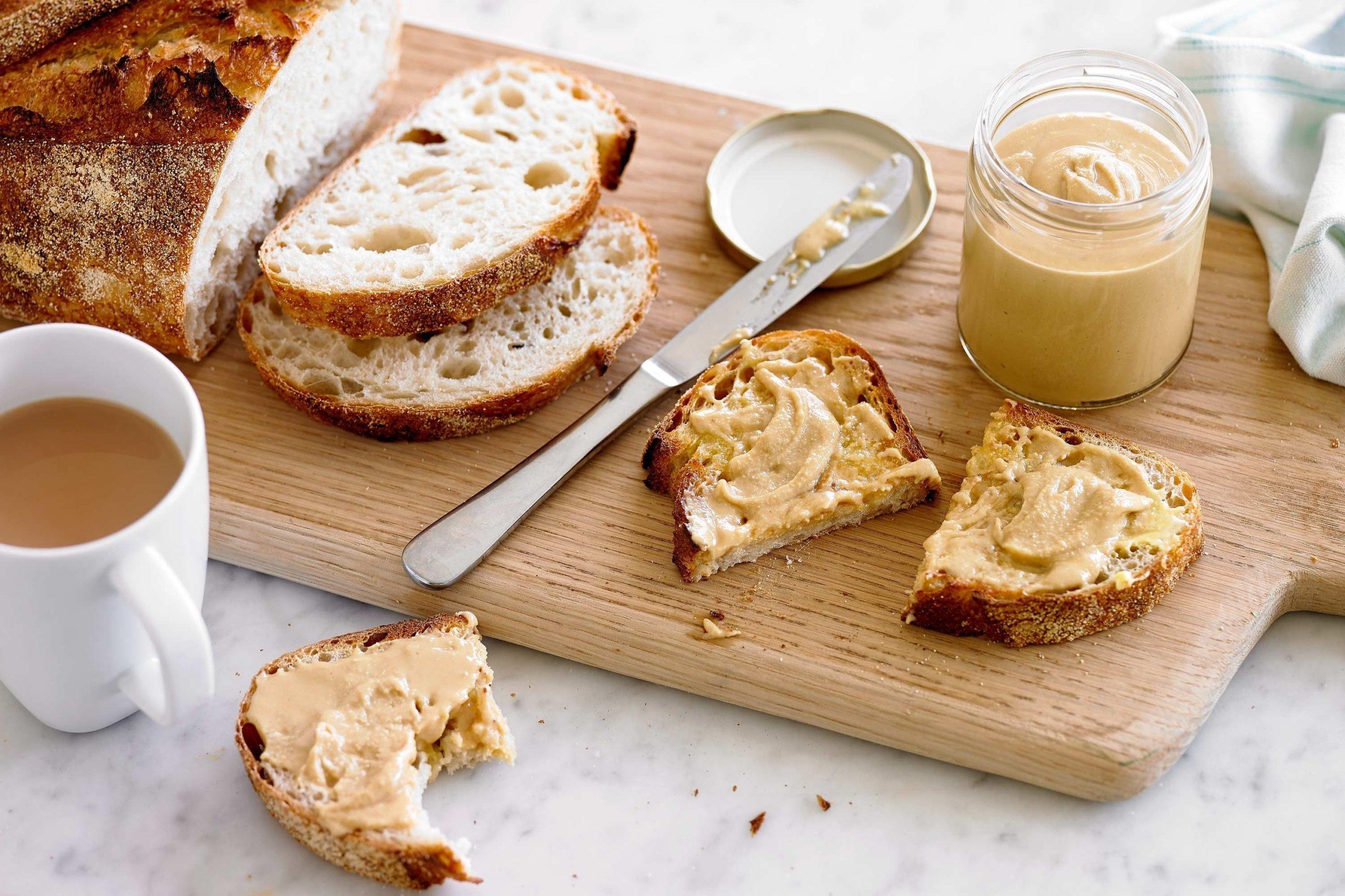 Idée de collation saine: houmous et pain.