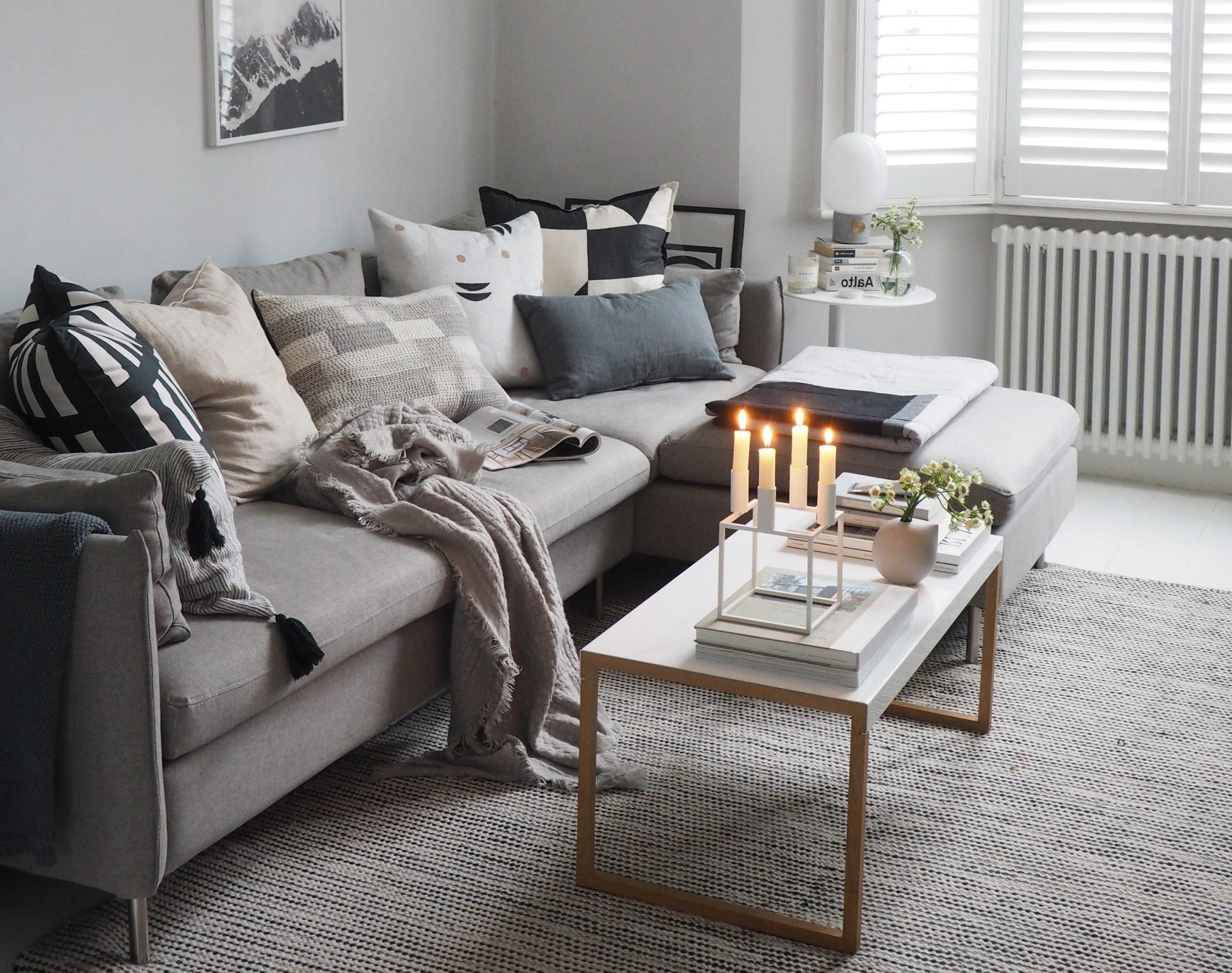 Salon chaleureux en 2020: ajoutez quelques mini plantes sur les tables basses et beaucoup d'oreillers sur le canapé.