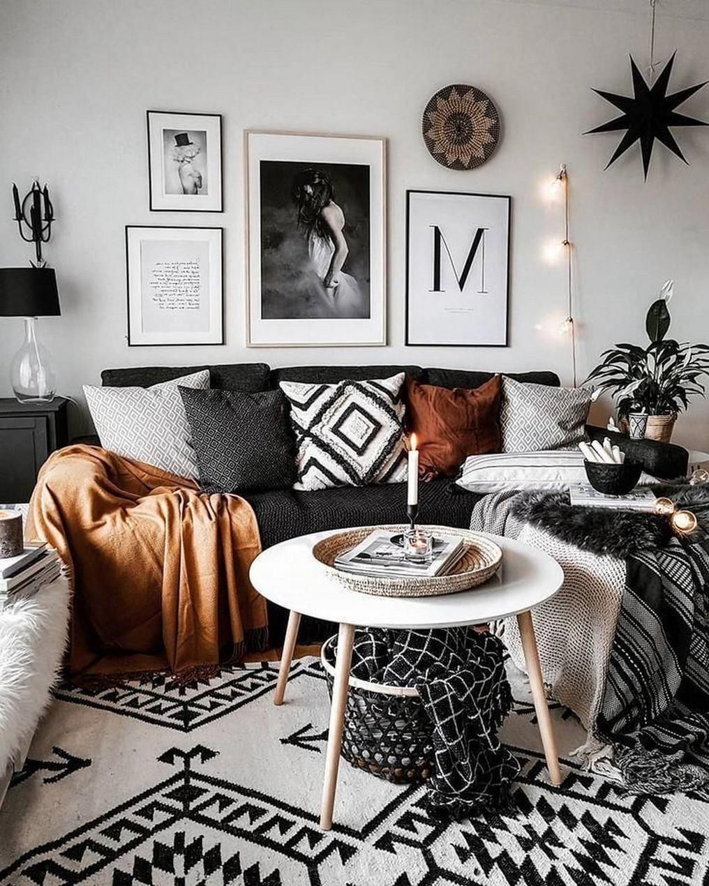 Une autre partie essentielle du salon chaleureux en 2020 est le tapis à motifs.