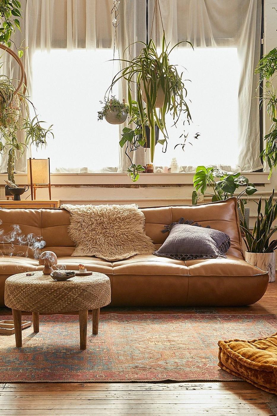 Canapé en cuir avec une couverture en fausse fourrure - l'ambiance confortable est garantie!