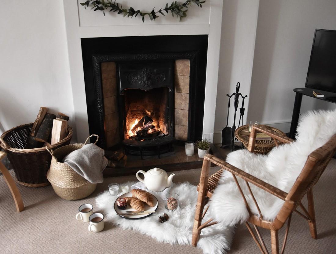 Salon chaleureux en 2020: asseyez-vous près de la cheminée et détendez-vous.