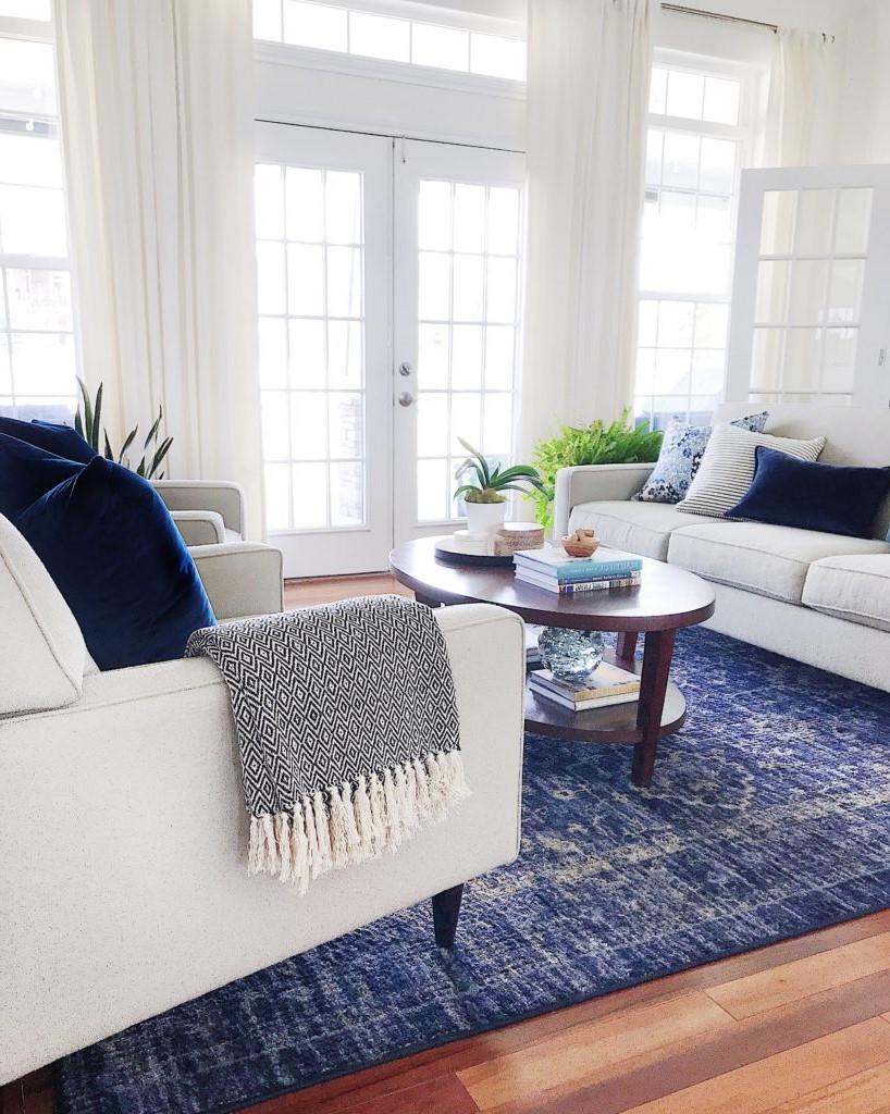 Combinason classique de blanc et bleu foncé qui donne une sensation de mer.
