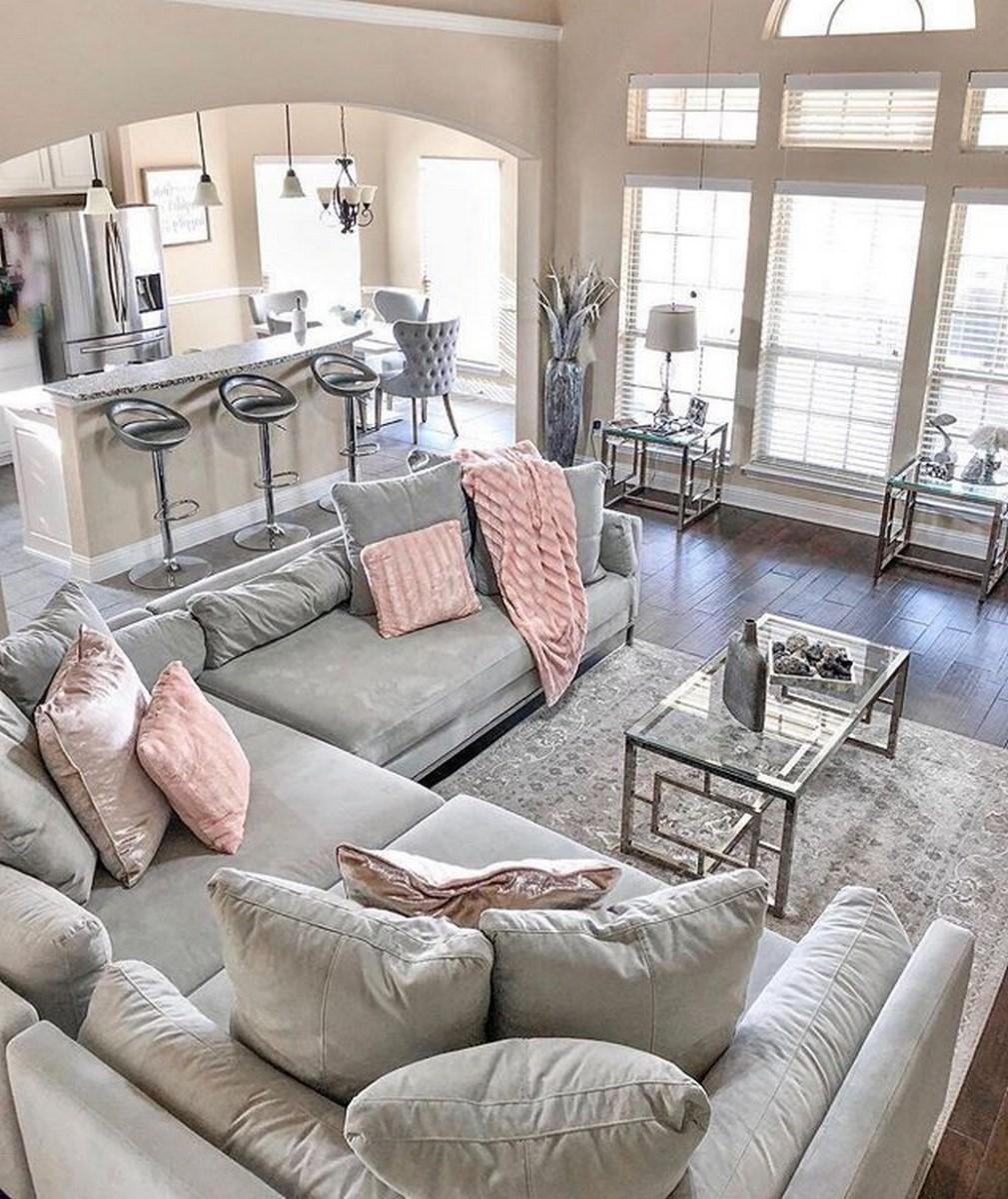 Canapé gris avec des oreillers roses - le rêve de chaque fille.