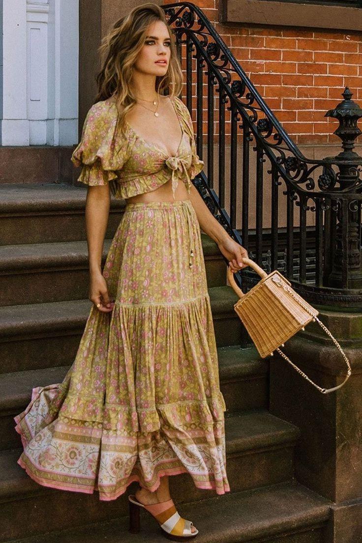 Plus tard, les Bohémiens ont pris part au mouvement esthétique, qui se dressait contre les corsets rigides et les crinolines de l'époque.