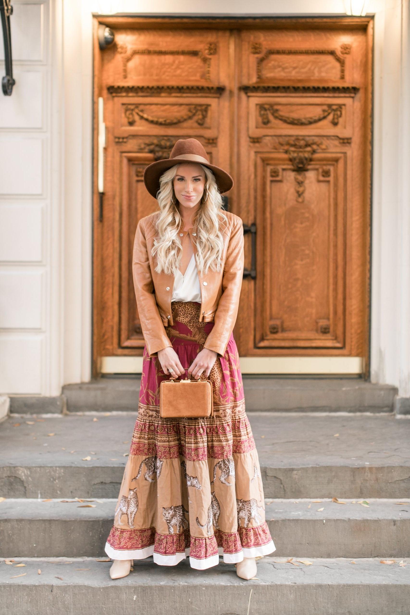 Le style bohème signifie des vêtements amples, d'inspiration orientale, des éléments médiévaux et des matériaux colorés.