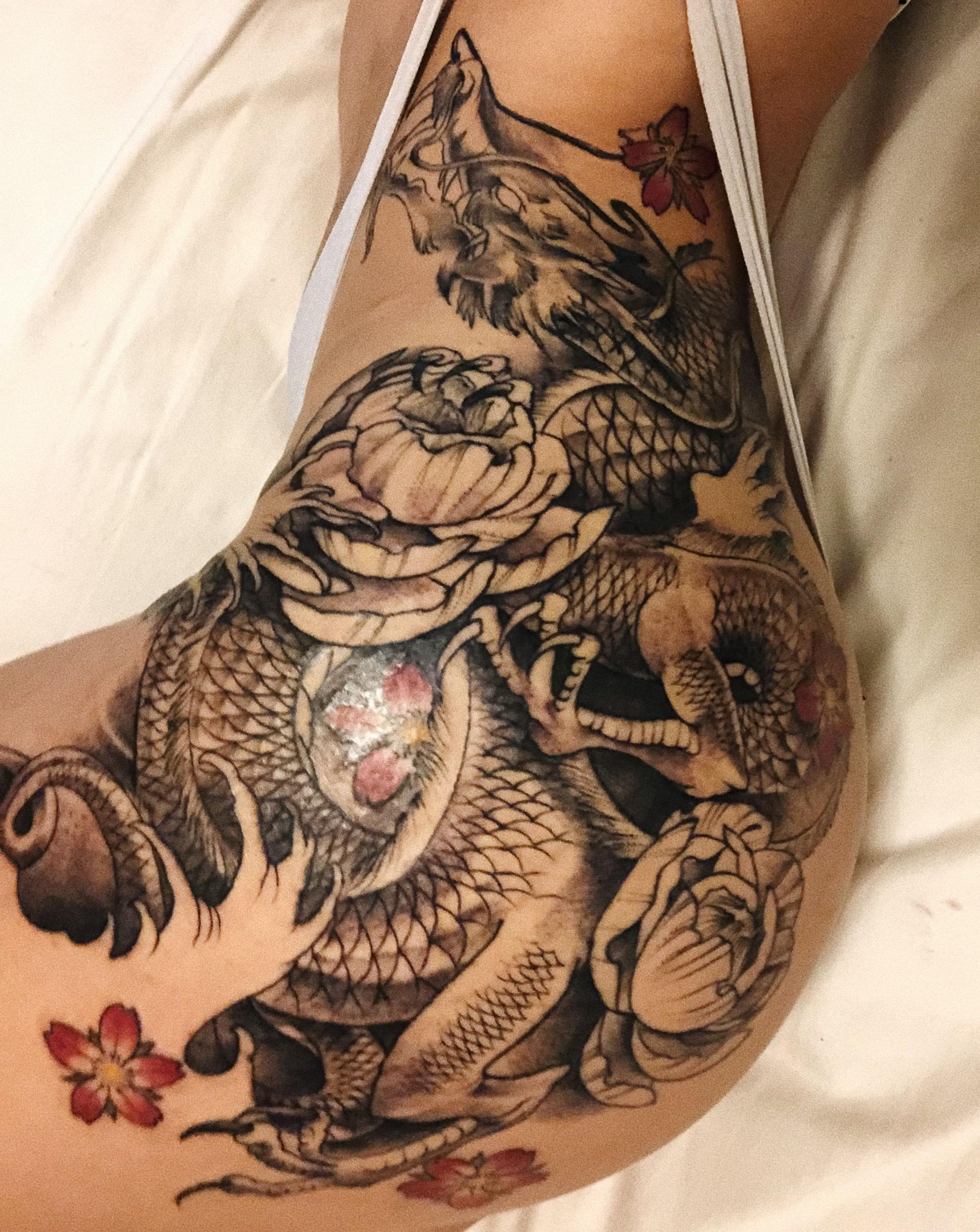 Dragon et fleurs dans une combinaison étonnante.