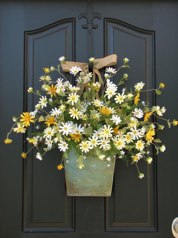 Ajoutez une jardinière avec des fleurs fleurs fraîches ou séchées.