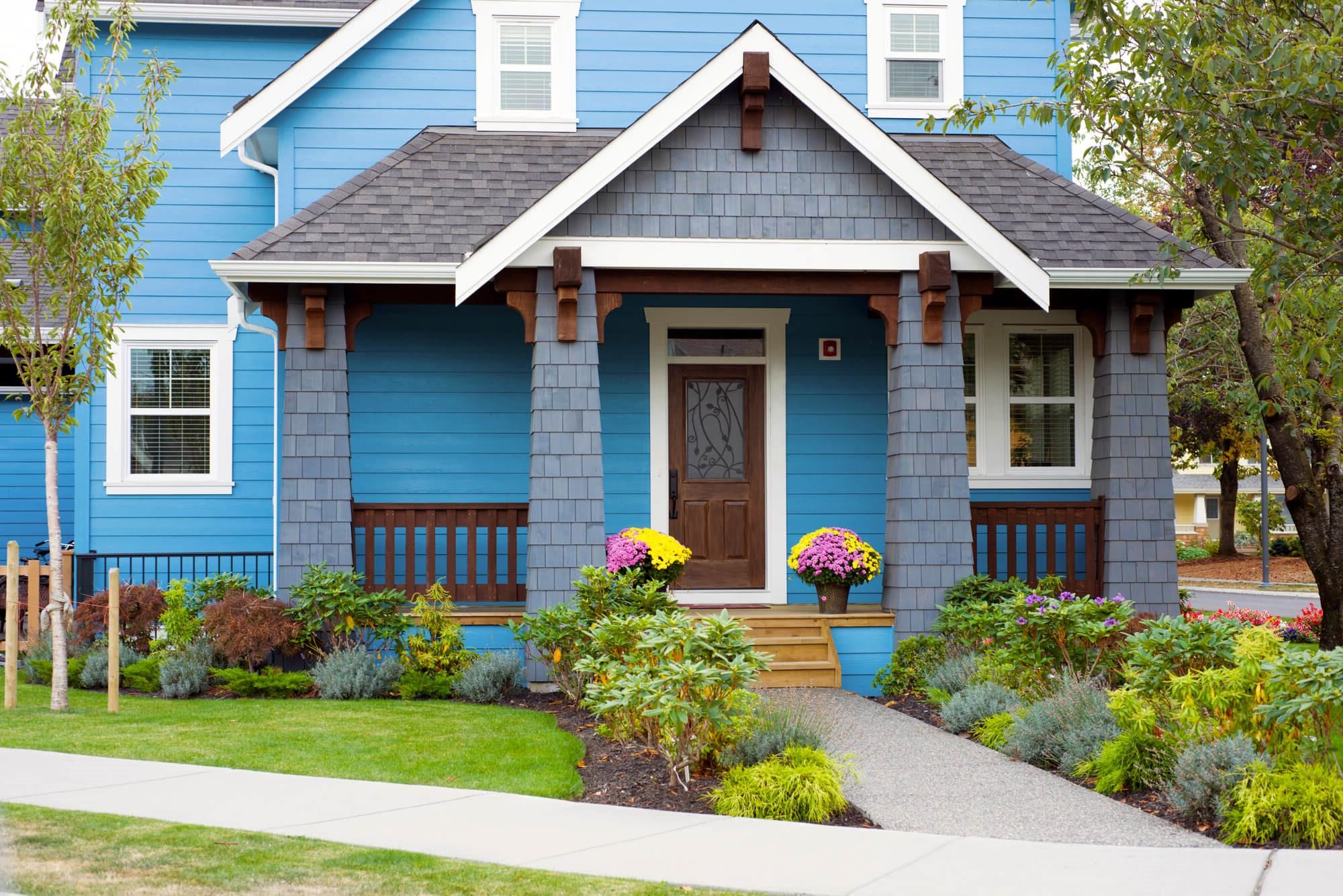 Créez un contraste en choisissant une porte de couleur différente de celle de votre maison.