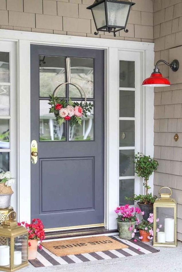 Les décorations multicolores contrastent avec le couleur gris de la porte d'entrée.