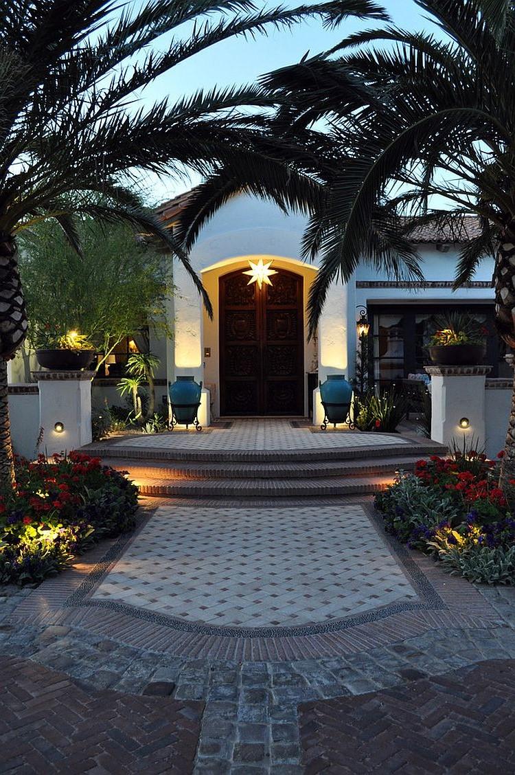 Palmes et éclairage en forme d'étoile - améngement de porte d'éntrée élégant.