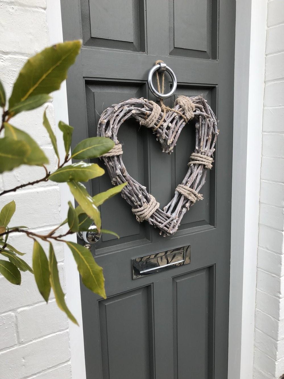 Les décorations simples et bon marché fonctionnent également si elles s'intègrent dans le design de votre porte.