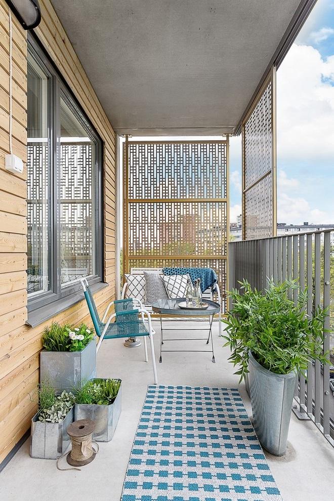 Ajouter un accent en métal peut rende votre balcon plus élégant.