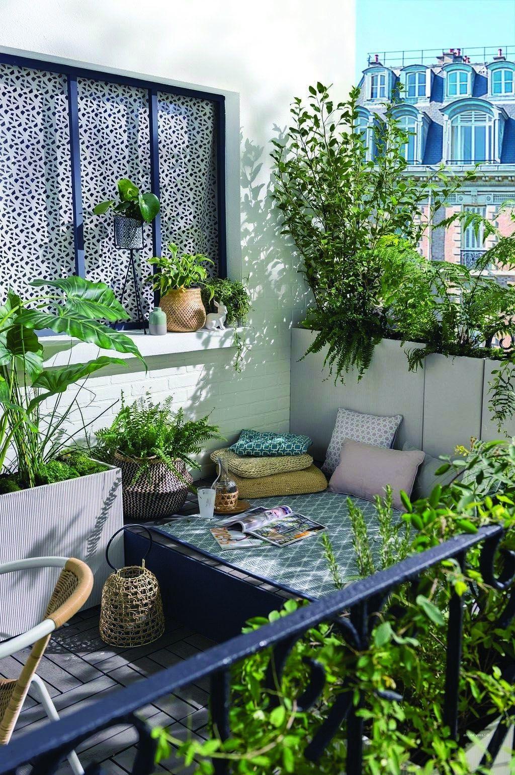 Suivez la tendance biophile en arrangeant vos plants de manière créative.