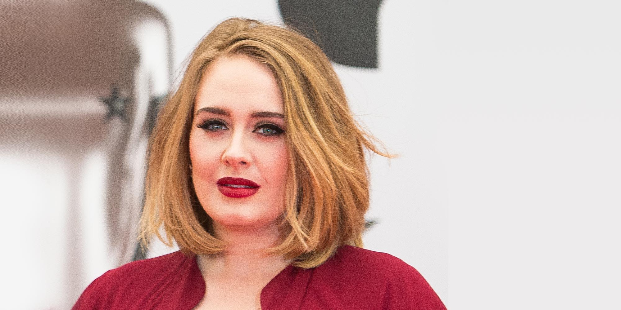 Adele avec coiffure bob courte.