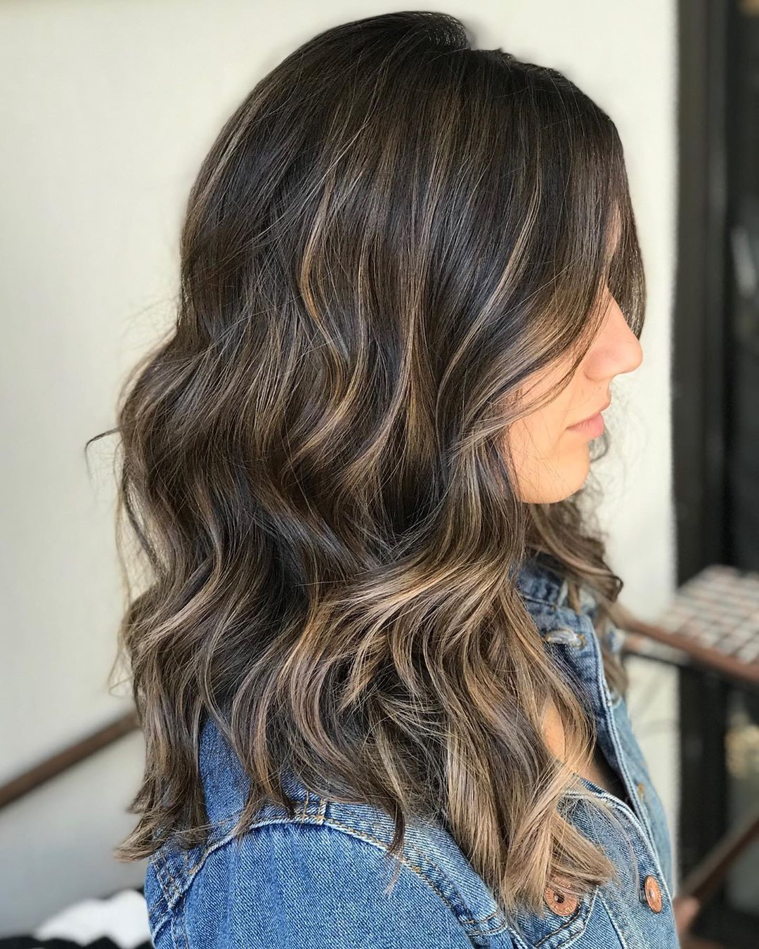 Cheveux ondulés volumineux.