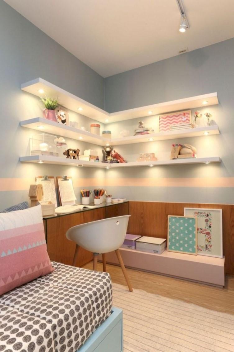 L'éclairage sous les étagères ne coûte trop et ajoute une touche moderne.