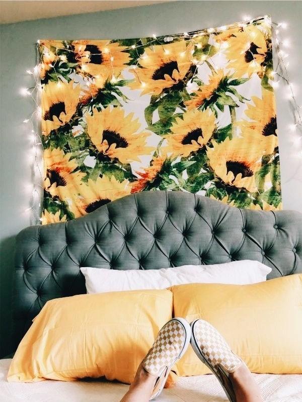 Guirlande lumineuse et des tournesols pour la chambre de votre adolescente.