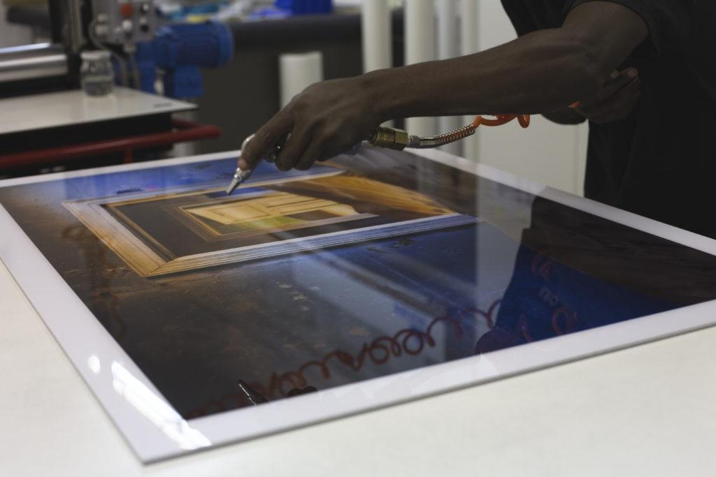 Le processus d'impression sur base acryllique.