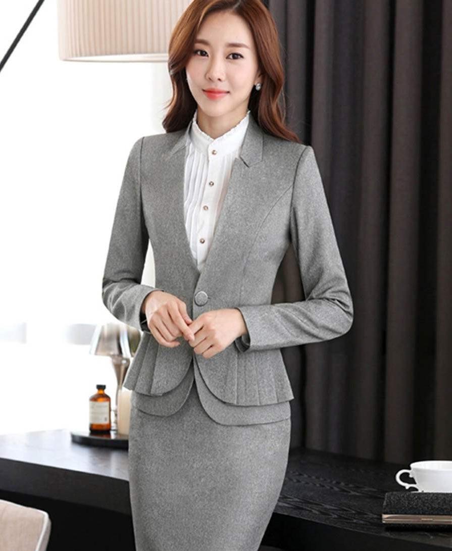 Tailleur femme avec une jupe en gris