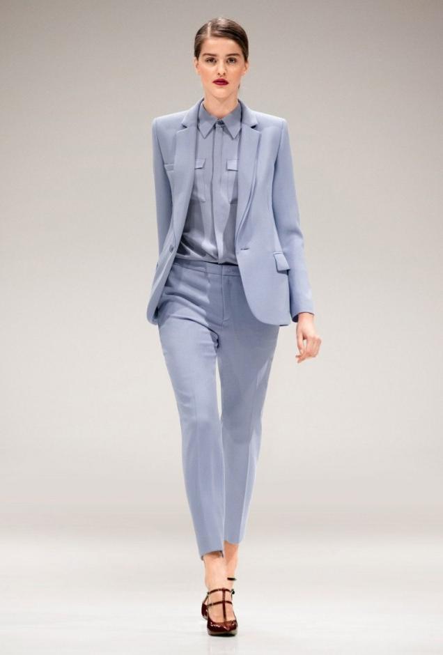 Tailleur femme élégante en bleu