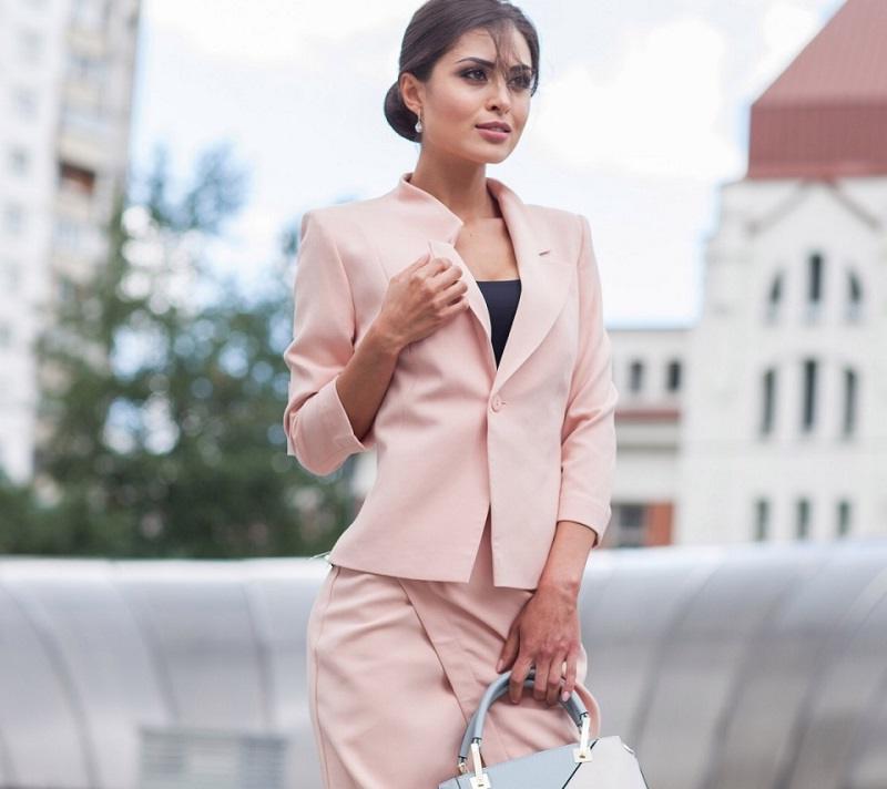 Tailleur femme élégante en rose