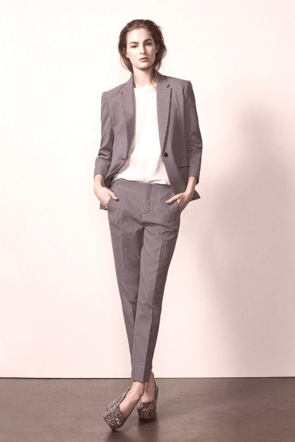 Un tailleur femme élégante en gris