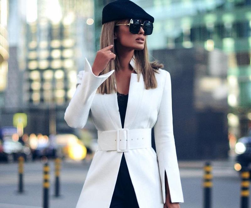 Veste blanche avec ceinture, partie d'un tailleur femme moderne