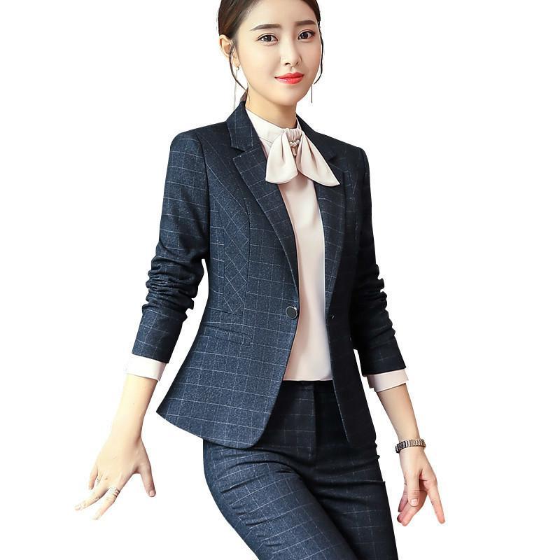 Costume femme élégant qui met en valeur la silhouette