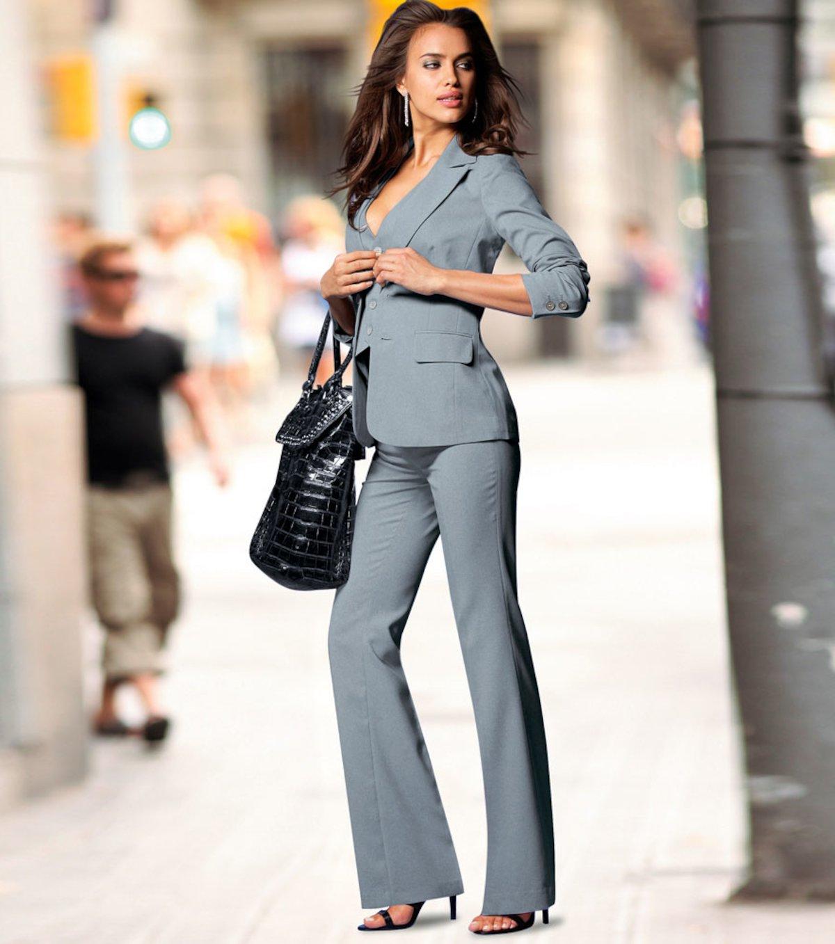 Costume élégant pour femmes en gris, adapté pour les réunions de bureau ou d'affaires
