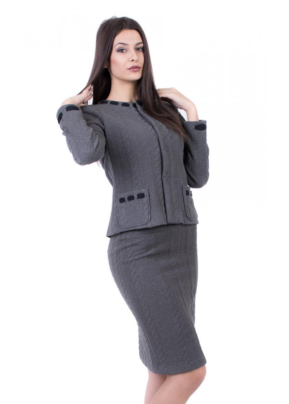 Costume avec une jupe en gris, adapté aux occasions formelles