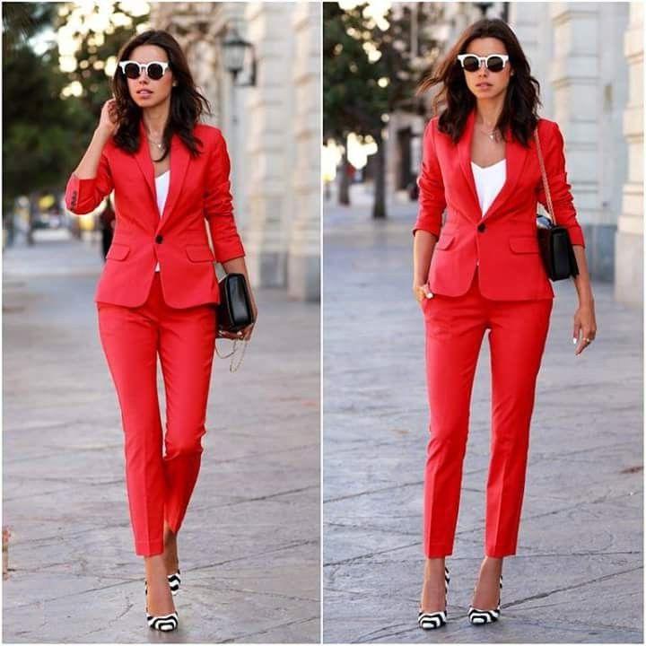Tailleur femme élégante en rouge