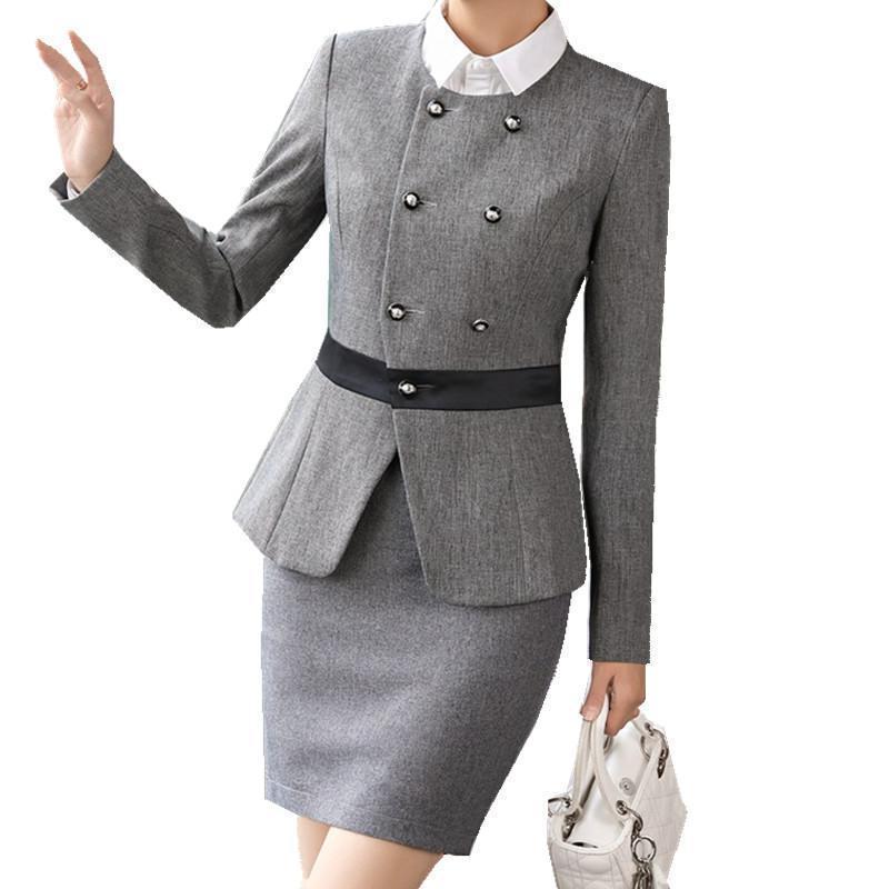 Tailleur femme élégante en gris avec une jupe