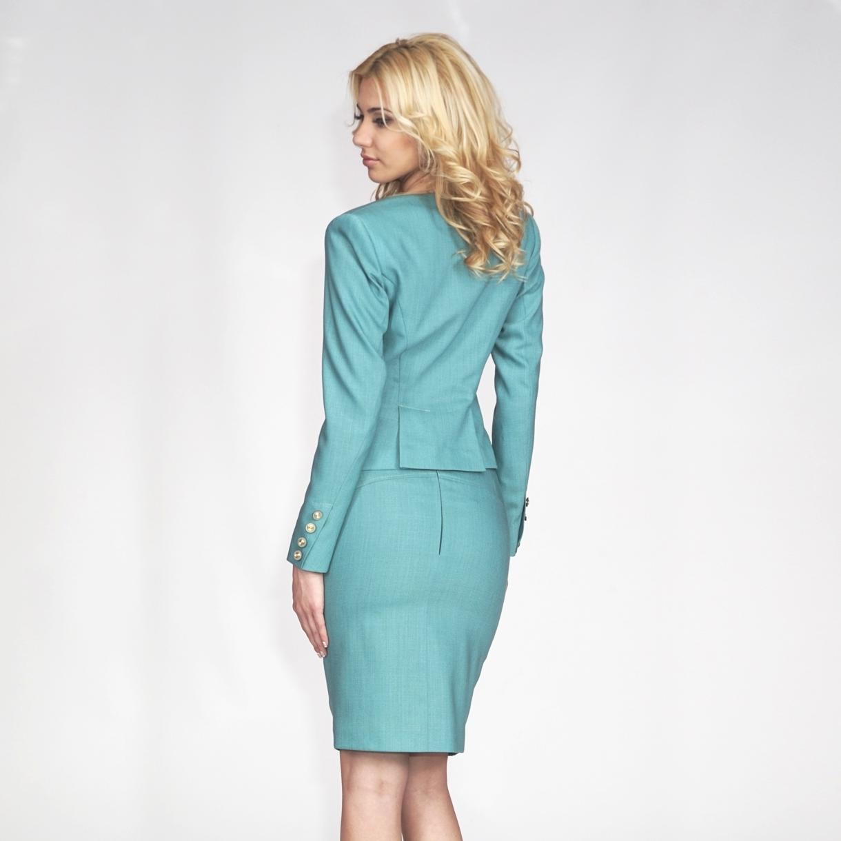 Tailleur femme avec une jupe en bleu clair