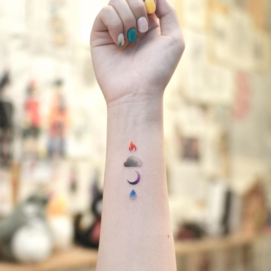 Tatouage minimaliste.