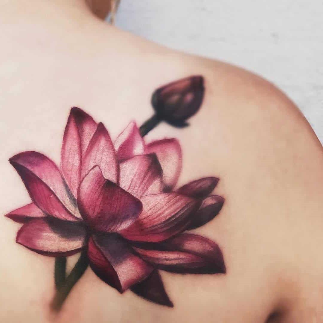 Tatouage de couleur lotus.