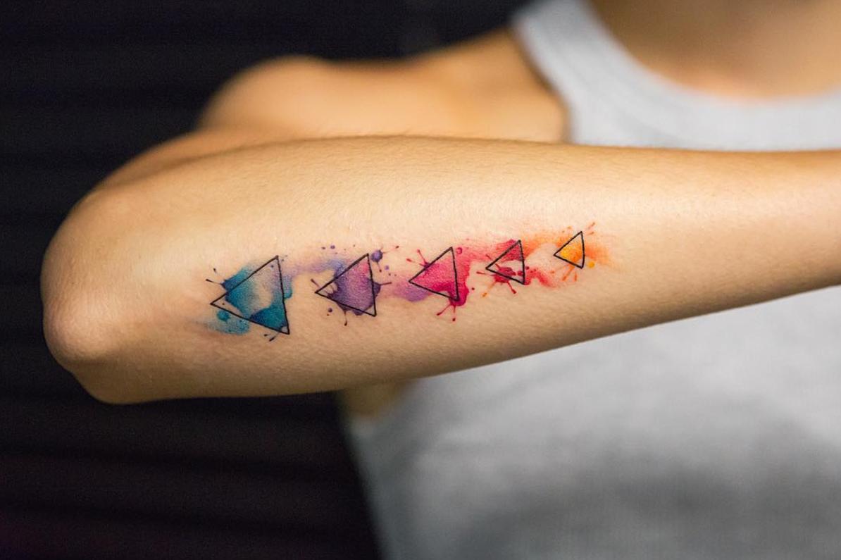 Tatouage multicolore.