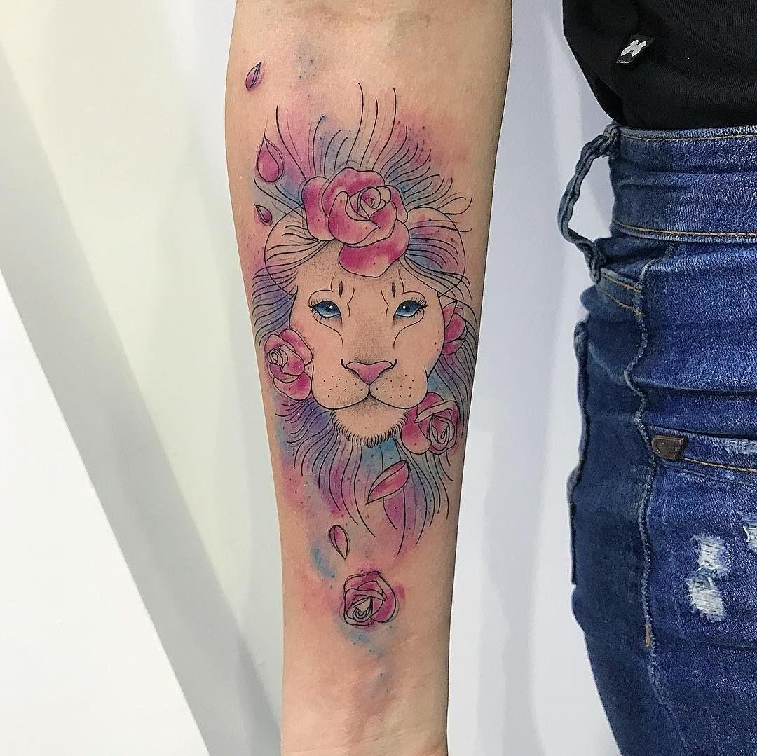 Tatouage lion coloré.