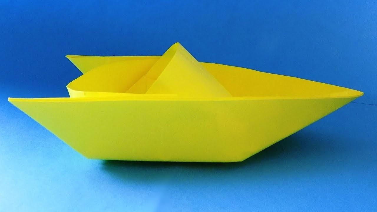 Bateau en papier jaune.