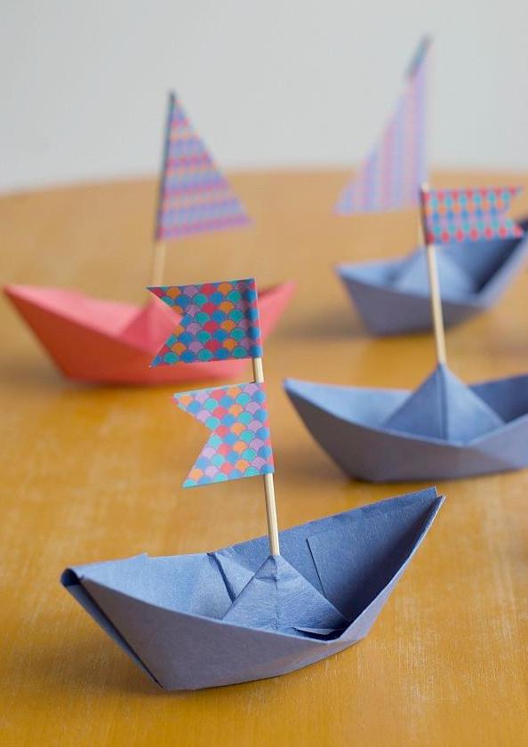 Embellissez vos bateaux DIY avec de petits drapeaux.