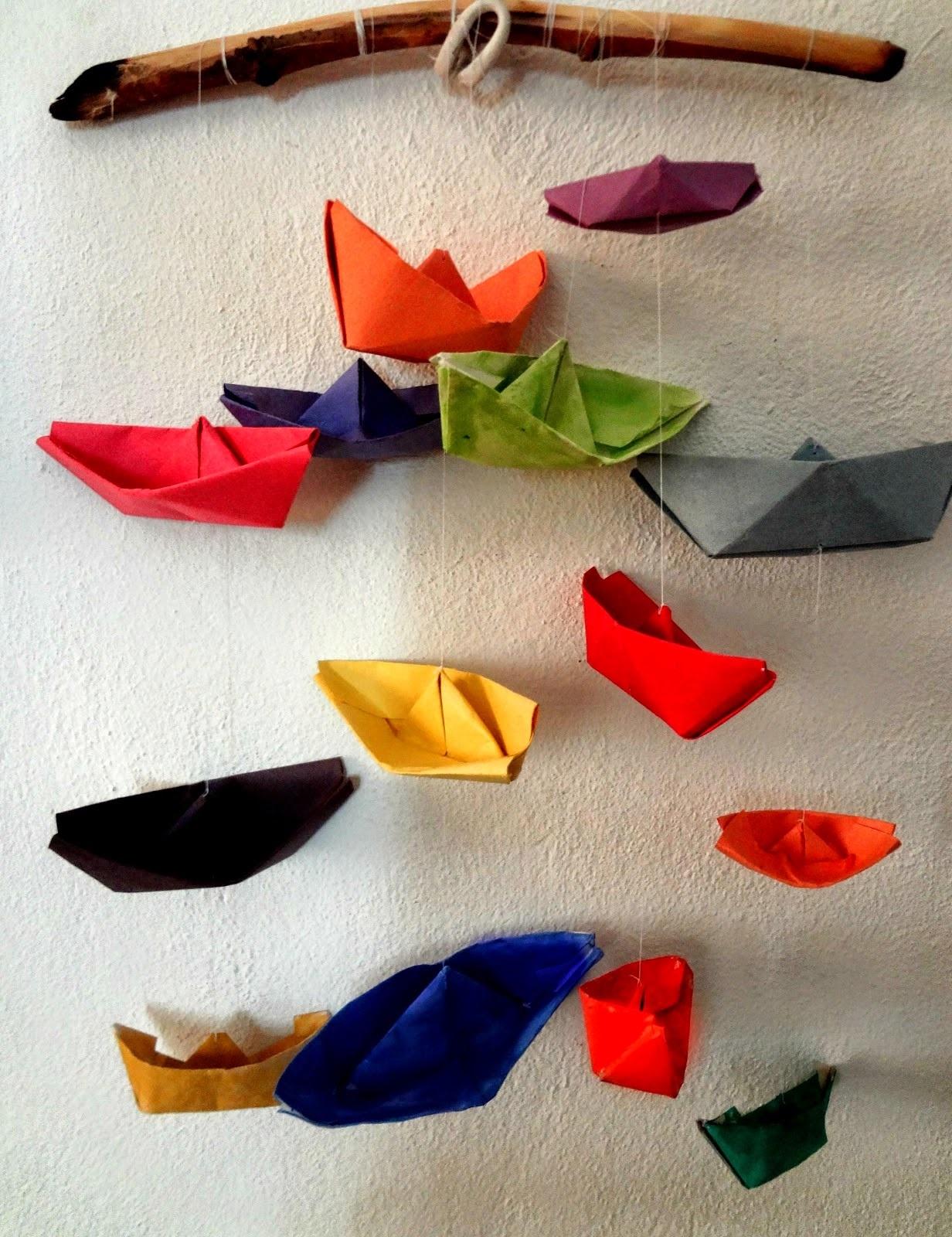 Déco maison avec plusieurs petits bateaux.