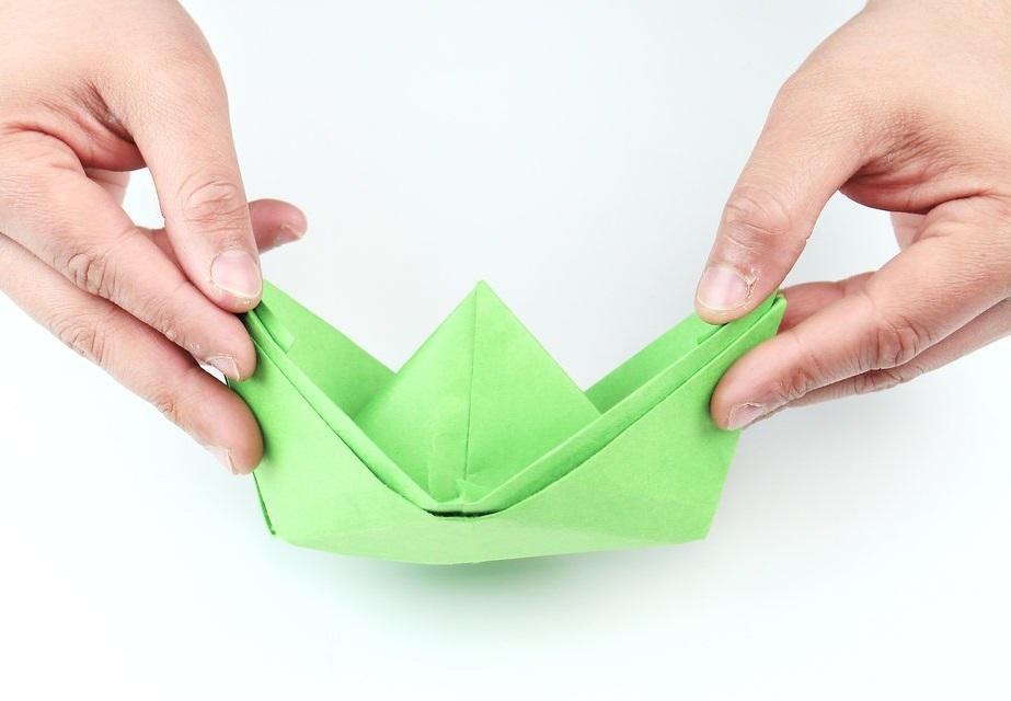 Bateau en papier vert.