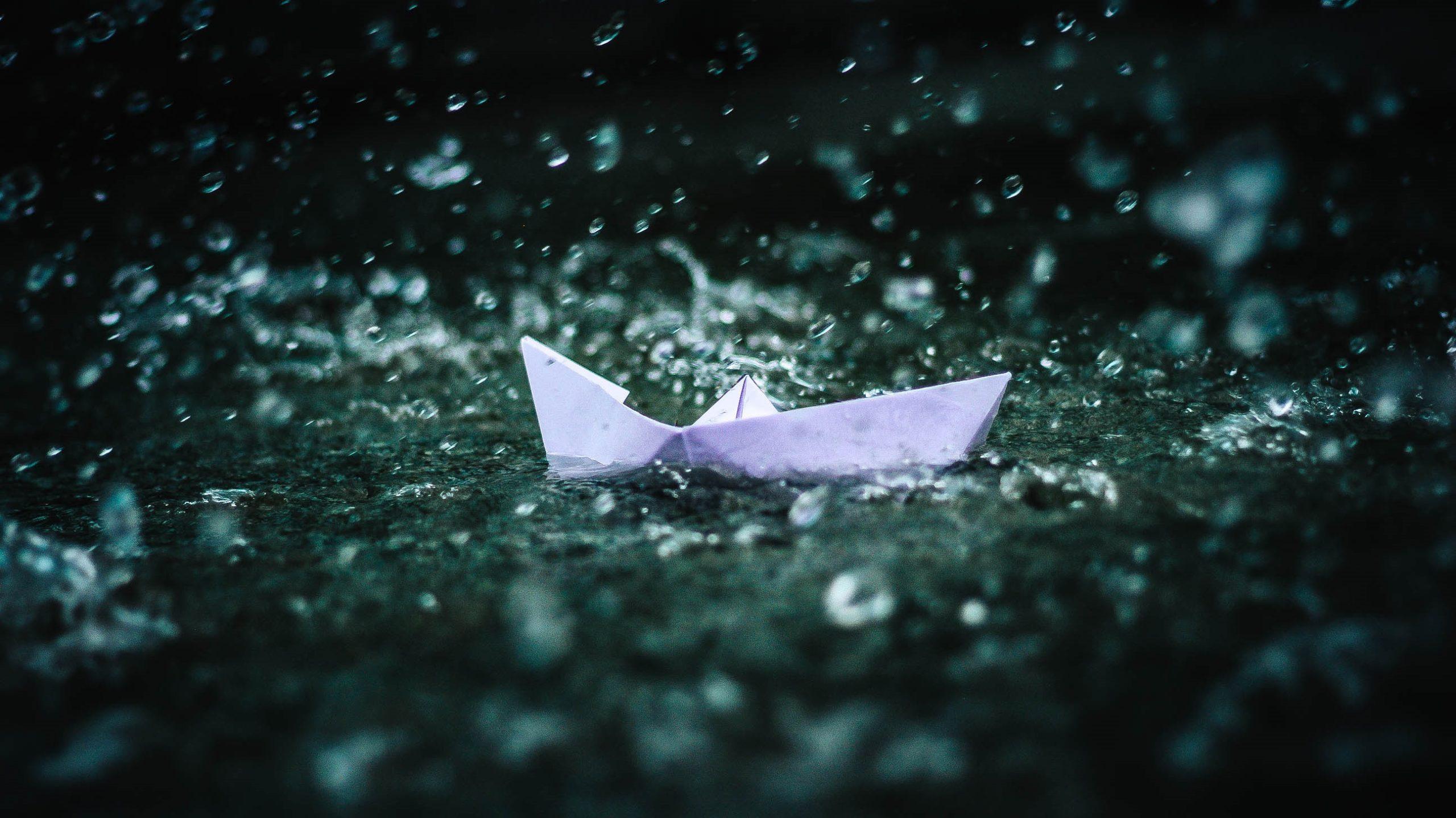 Bateau en papier flottant dans l'eau.