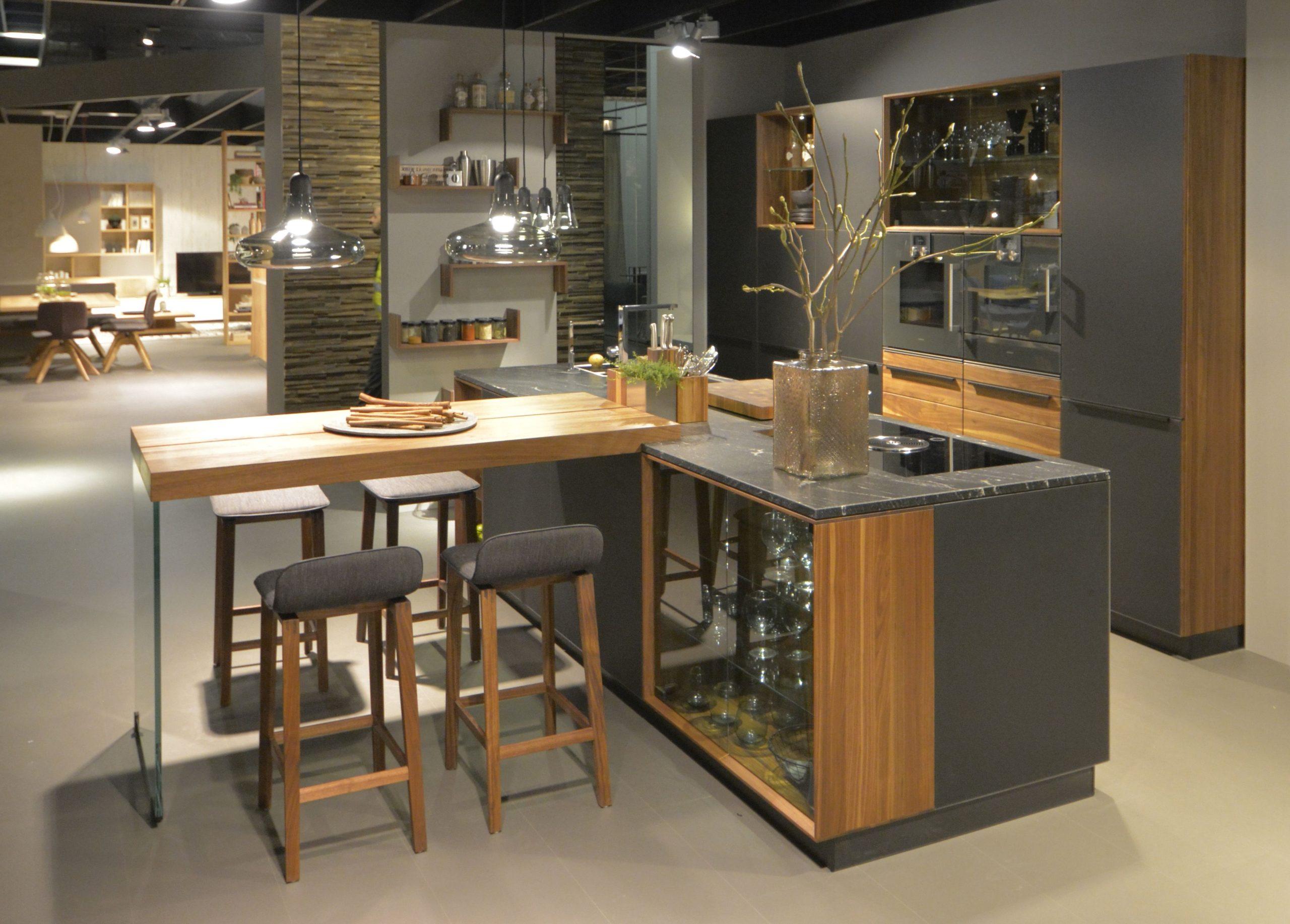 Les détails en bois rendent la cuisine ouverte plus chaleureuse.